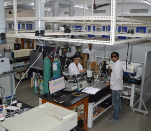 Students working in the laboratory of atmospheric chemistry